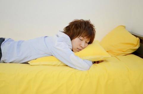 うつ伏せ寝の男性